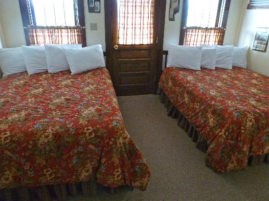 Kennicott Glacier Lodge: standard room in main lodge-shared bath