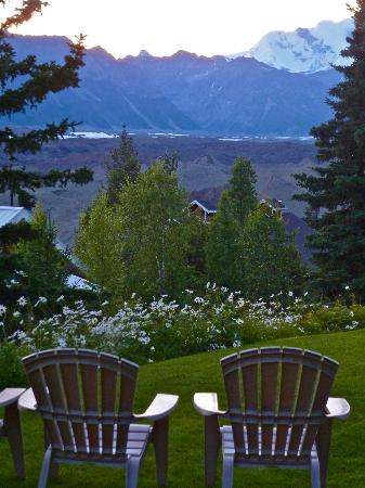 Kennicott Glacier Lodge: evening on grounds
