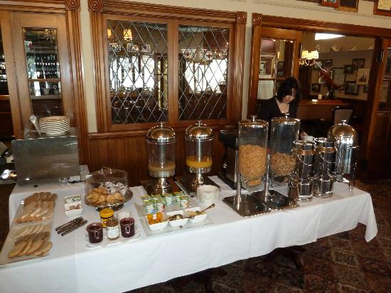 Duke of Marlborough Hotel: Breakfast in the dining room