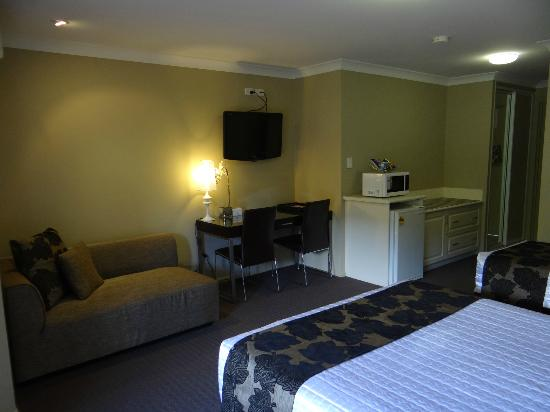 Best Western Plus Ambassador on Ruthven Motor Inn: Executive Twin Sofa & Deck area