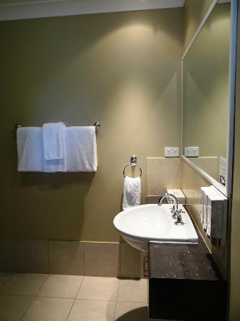 Best Western Plus Ambassador on Ruthven Motor Inn: Executive Twin Bathroom