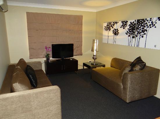 Best Western Plus Ambassador on Ruthven Motor Inn: Living Area 1 Bedroom Family Room