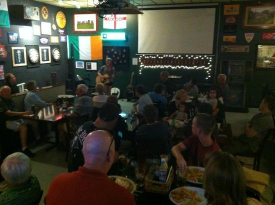 Queen Ann British Pub & Restaurant: Music!
