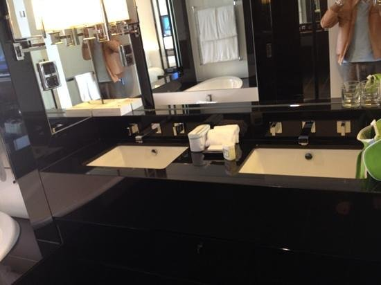 Crown Metropol Perth: bathroom