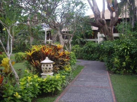 Mercure Resort Sanur: Path through gardens rooms in background