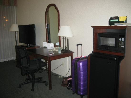 Holiday Inn - Airport Conference Center : Micro-wave, frig,desk,t.v.