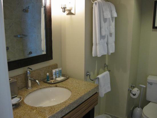 Wyndham Vacation Resorts Royal Garden at Waikiki: バスルームも清潔そのもの