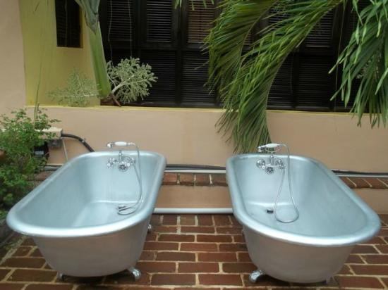 Villa Herencia: Two tubs on the open air second floor roof.