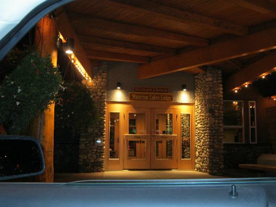Waterton Lakes Lodge Resort: Front entrance.