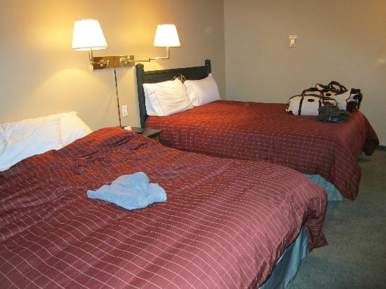 Waterton Lakes Lodge Resort: Two beds.