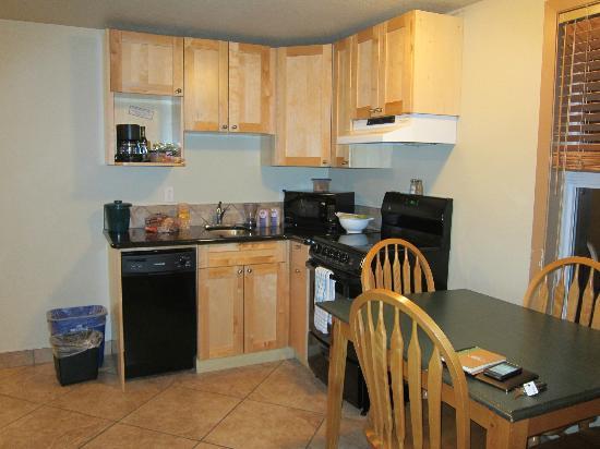 Waterton Lakes Lodge Resort: Well-stocked kitchen.
