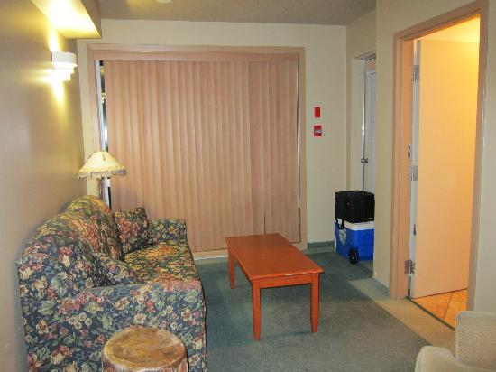 Waterton Lakes Lodge Resort: Front sitting room.