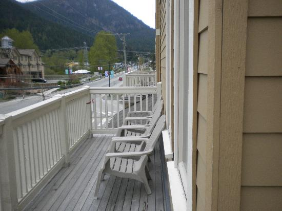 Pemberton Gateway Village Suites Hotel: All 2nd floor Suites have Balconies.