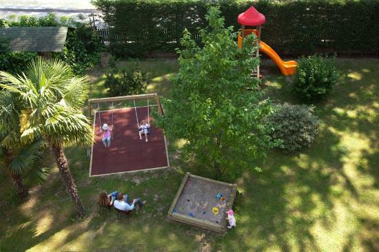 Hotel Residence Flora Meran: Childrens play ground in the Garden