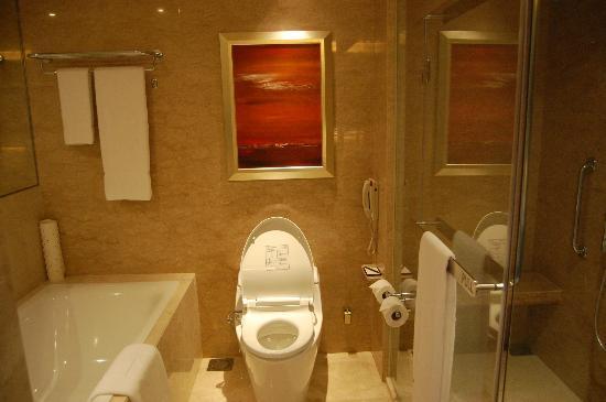 Shangri-La Hotel Kuala Lumpur: The bathroom
