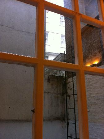 High Street Apartments: Ausblick zum Lichtschacht mit Taubenkot