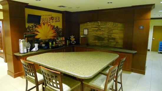 Staybridge Suites Oklahoma City - Quail Springs : Breakfast bar area