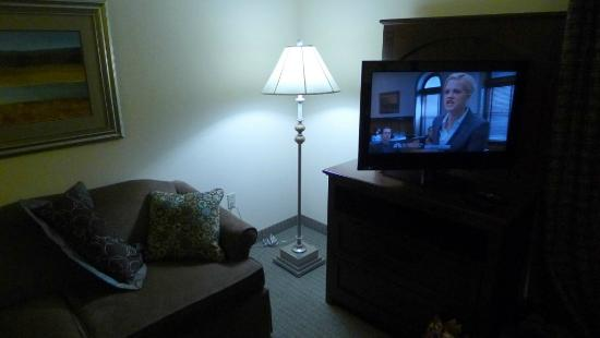‪‪Staybridge Suites Oklahoma City - Quail Springs‬: Sofa area and TV‬