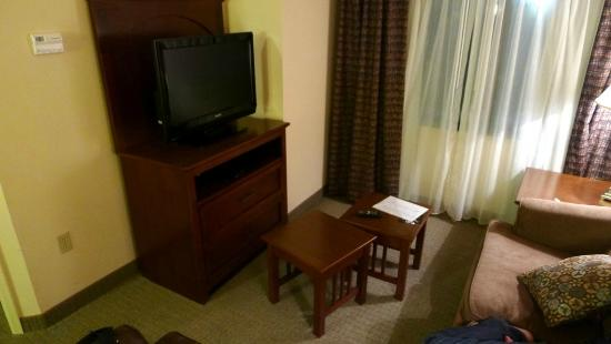 Staybridge Suites Oklahoma City - Quail Springs: Living room with TV