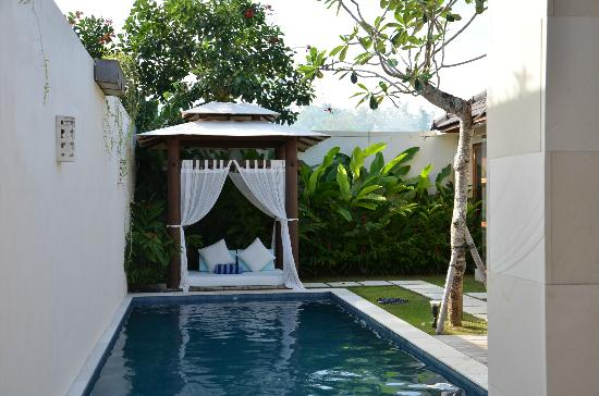 Arama Riverside Villas: Lovely Bali hut with mattress to read by the pool. 
