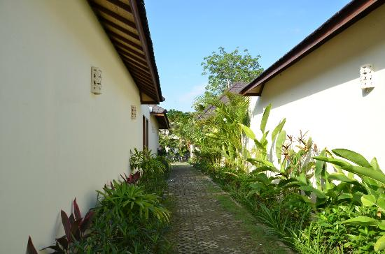 Arama Riverside Villas: Path between villa's fastidiously cleaned each day 