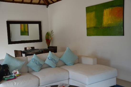 Arama Riverside Villas: Comfy couch and dining area. All outdoor open living.
