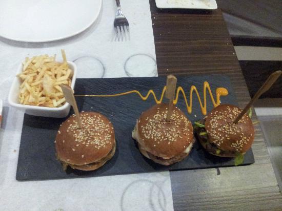 Aire Gastrobar: Trío de hamburguesitas. No son simples hamburguesas, todas son diferentes y aromáticas.