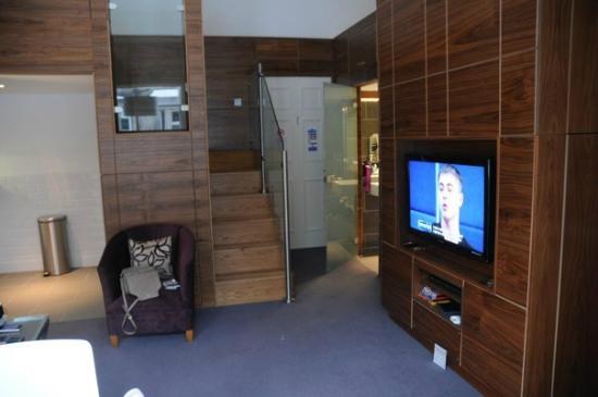 Merchiston Residence: Living area with stairs to second bed