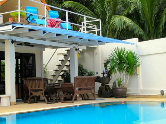 Phuket Gay Homestay - Neramit Hill: Balcony and swimming pool