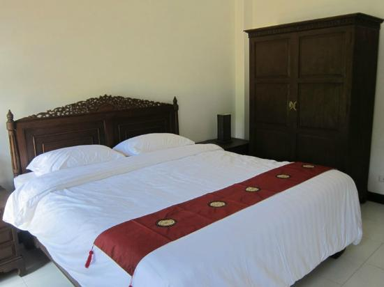 Phuket Gay Homestay - Neramit Hill: Room B, King size bed, Pool side