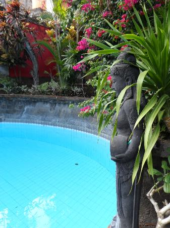 Ellie's: Lovely statue by the pool