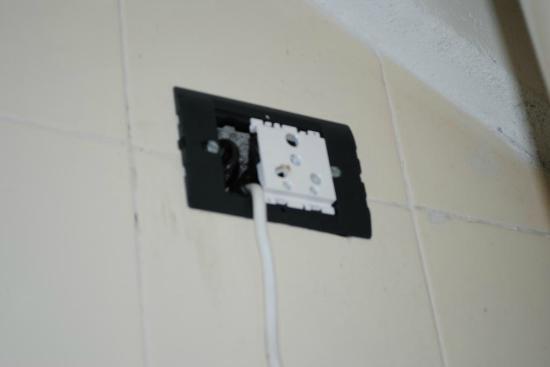 Doddabetta Resort: Broken switchboard near water heater