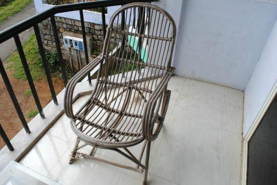 Doddabetta Resort: Broken chair in another balcony that my friend occupied