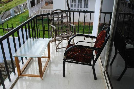 Doddabetta Resort: Broken chair in Balcony