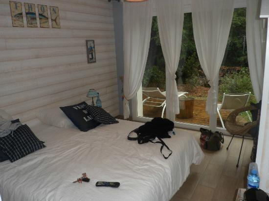 La Villa Marine : chambre moutte!! grand lit ,grnde baie vitrée