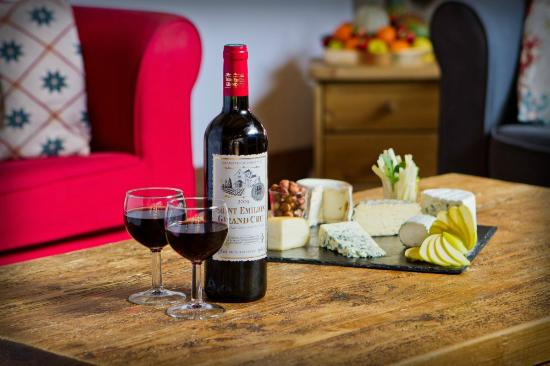 Chalet Algonquin: Local cheeses and wines