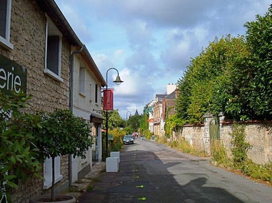 Église Sainte-Radegonde de Giverny : On the way to the church through Giverny village