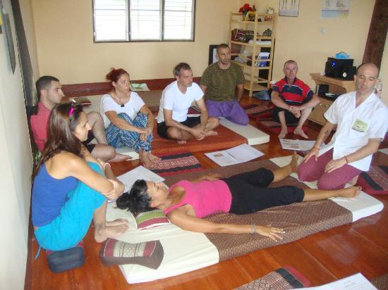 Nuad Boran - Escuela de Masaje Tradicional Tailandes : En Clase,con David Vilches.