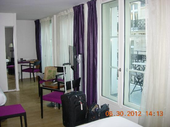 Hotel Monna Lisa: Airy Wall with two sets of French doors 