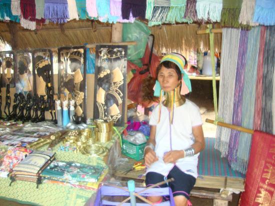 Nuad Boran - Escuela de Masaje Tradicional Tailandes : De excursión.Mujeres jirafa.