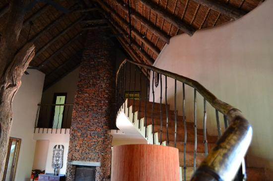 Sanctuary Makanyane Safari Lodge: Stairs to enterteinment center