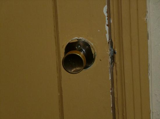 Travelers Inn: La puerta apenas cerraba