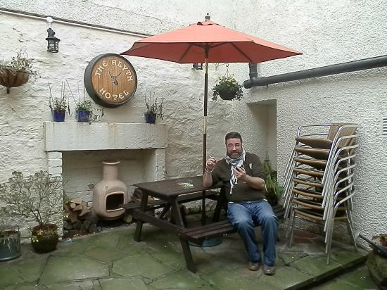 Alyth Hotel: Stay warm & dry when smoking!