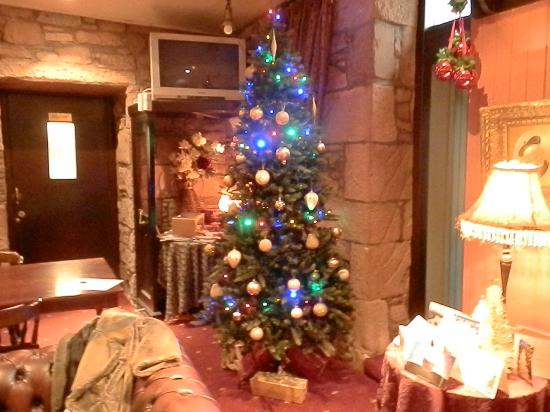 Alyth Hotel: Christmas tree in the lounge bar
