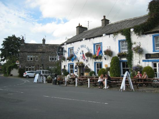 Pennycroft Guest House: Blue Bell Inn Pub - across the B & B in background