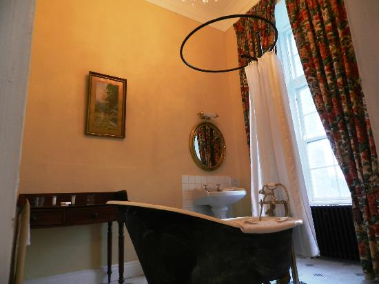 Kinnitty Castle Hotel: Clawfoot Tub, Dressing Table and Those Terrific High Ceilings in Bathroom!