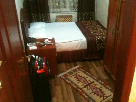 Hürriyet Hotel: Very small bedroom with old furniture