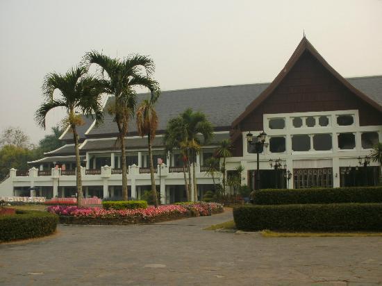 Wiang Indra Riverside Resort: Ansicht Hotel vom Garten