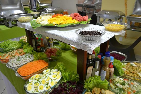 Mesa de saladas picture of restaurante cheiro verde for Mesa salada para cumple