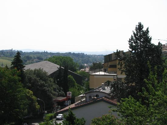 Hotel Arcobaleno : Slightly zoomed view of Tuscany as seen from our window.